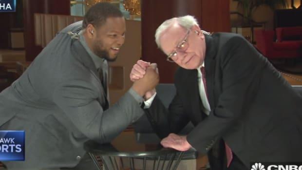 Ndamukong Suh Takes on Warren Buffett in Arm-Wrestling Match