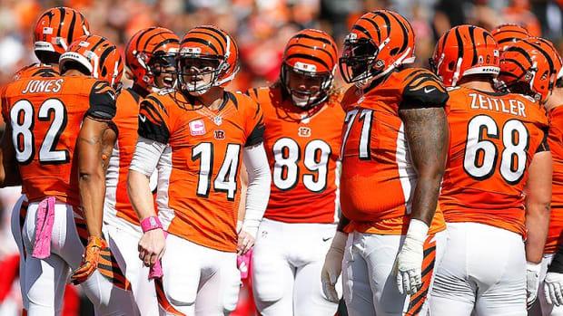 Cincinnati_Bengals_huddle_2015.jpg