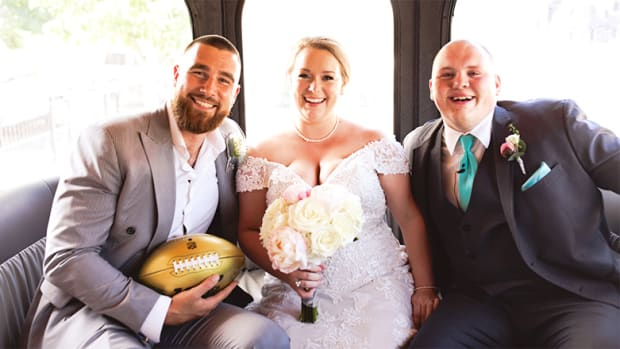 Chiefs Tight End Travis Kelce Joins Fans' Wedding