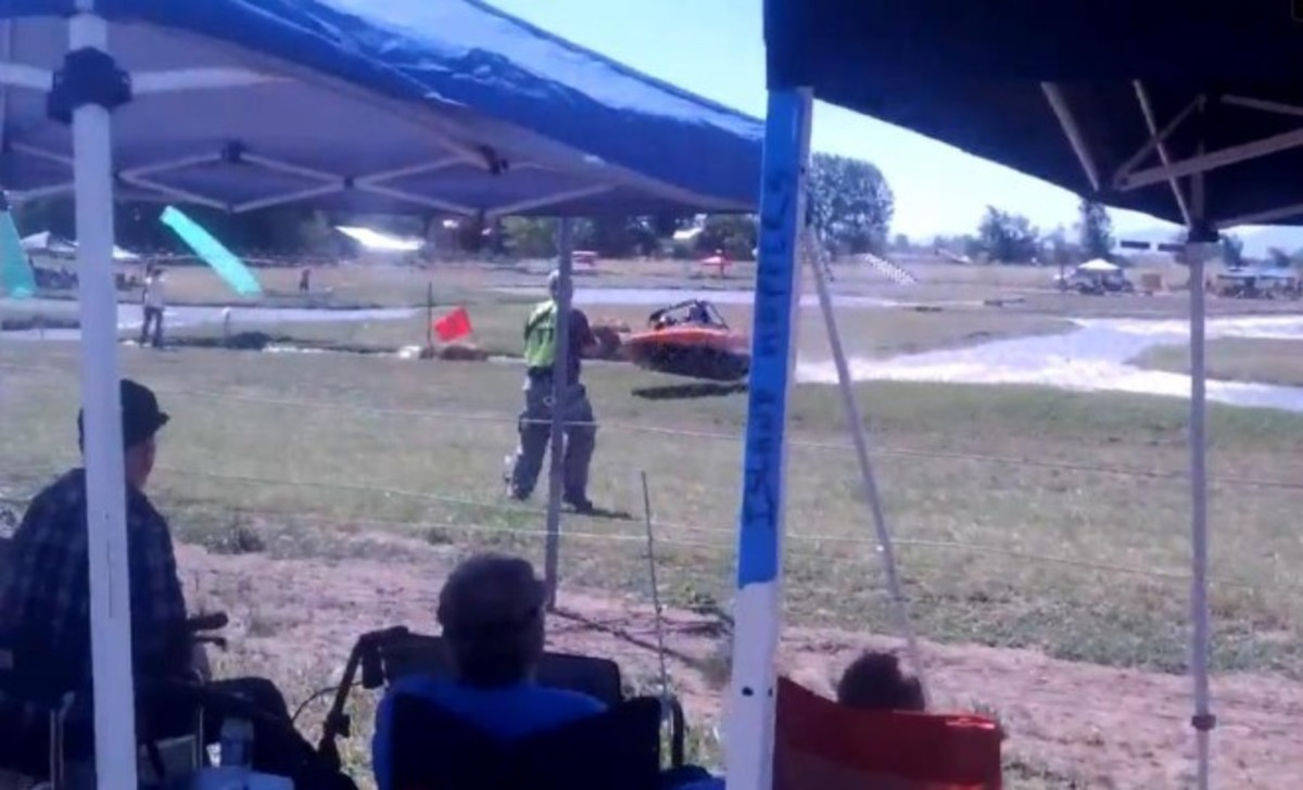 Jet Boat Loses Control, Hits Crowd (VIDEO)