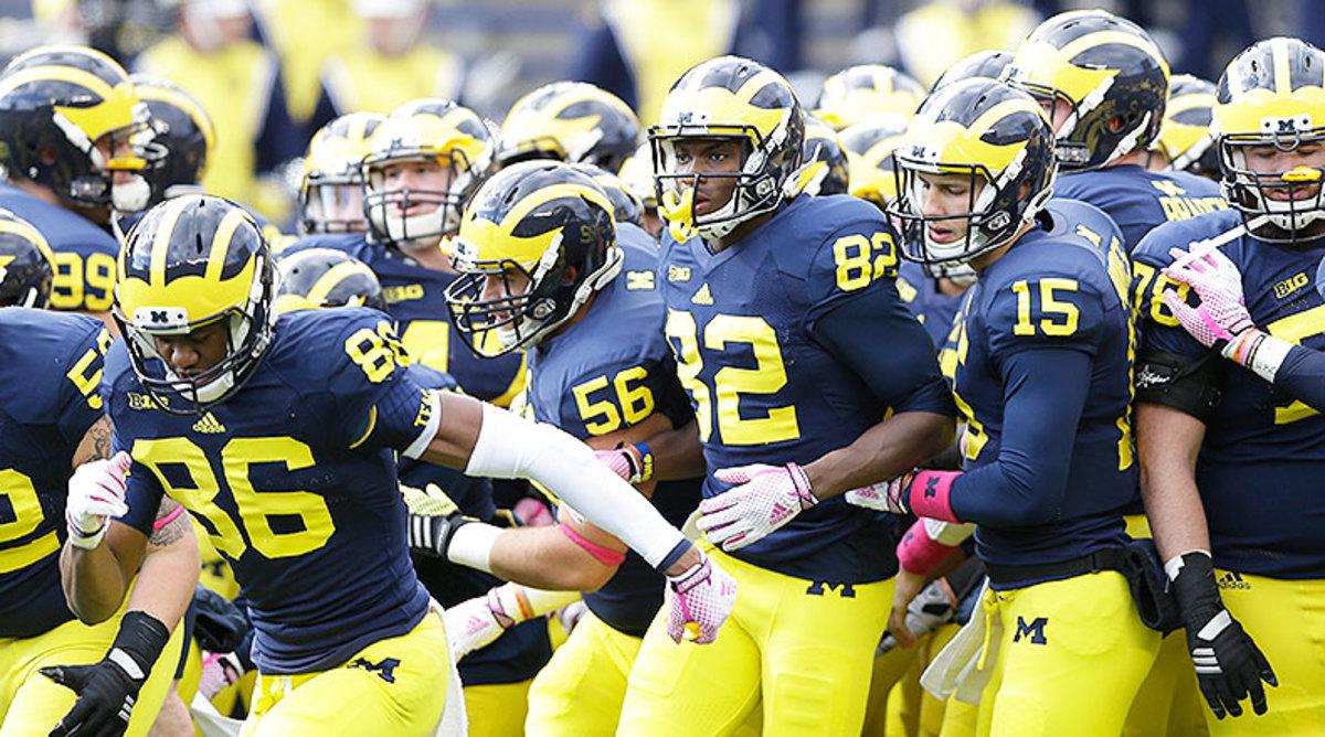 Michigan_Wolverines_team_entrance_2014.jpg