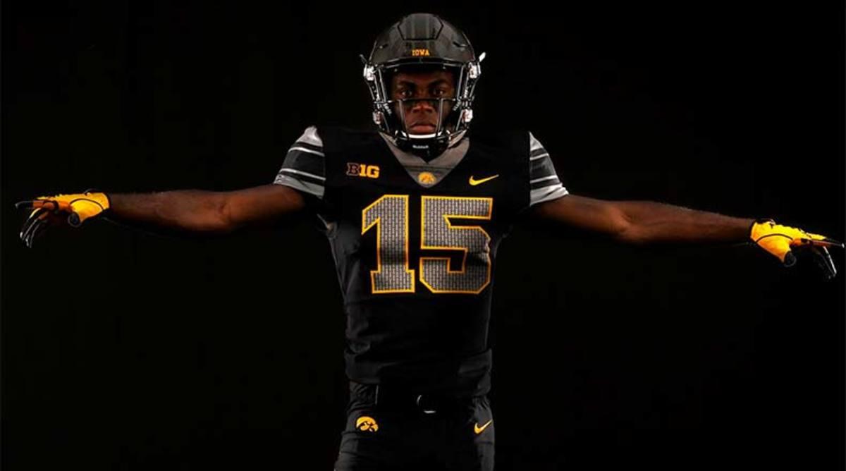 Iowa_Hawkeyes_black_uniforms_OhioState_2017.jpg