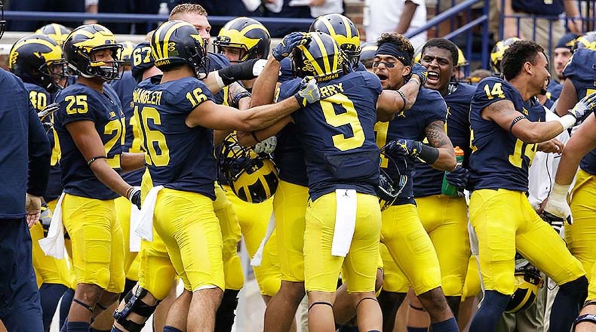 Michigan_Wolverines_team_sideline_2016_8.jpg